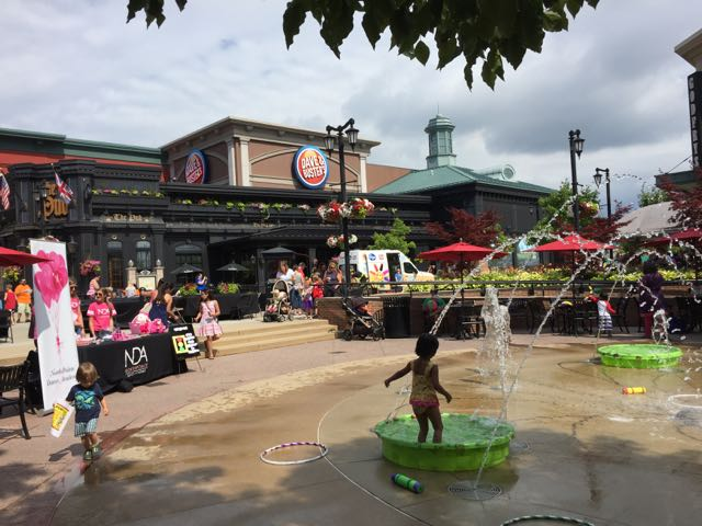 kids splashing in fountains at polaris fashion place, columbus, ohio