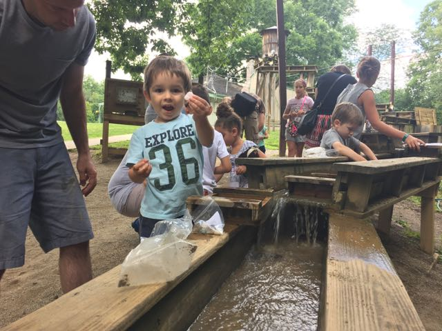 kids mining for gems at Olentangy Indian Caverns